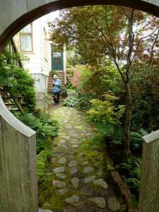 The moon gate takes us back to the shady side garden and the two flights of stairs.