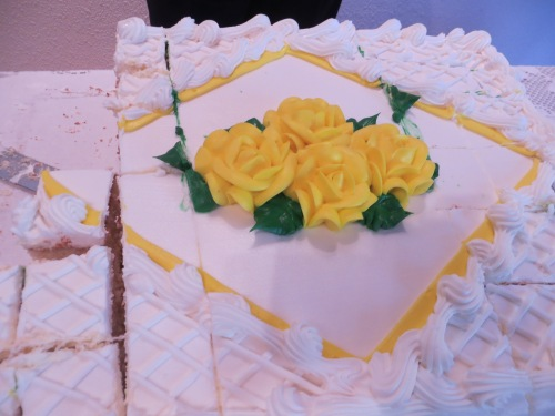 a cake of roses