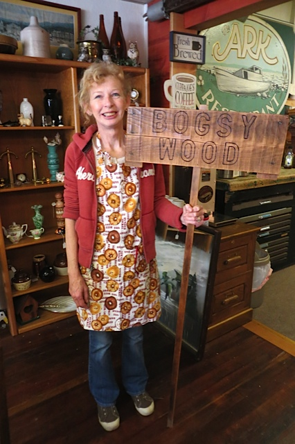 Luanne and the Bogsy Wood sign!