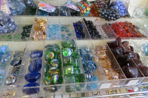 """Inspirations: a good place to find glass """"jewels"""" for garden decoration"""