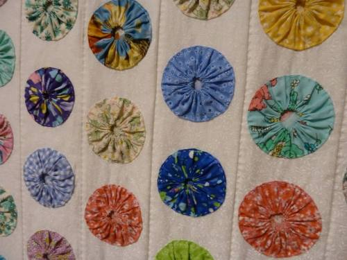 detail of three dimensional yo yo quilt