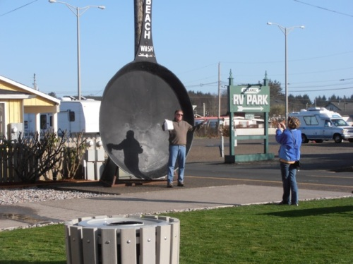 "getting the classic ""World's Largest Frying Pan"" shot"