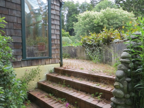 steps up to the brick deck