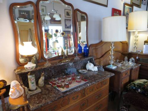 inside Larry's Antique Gallery Too!