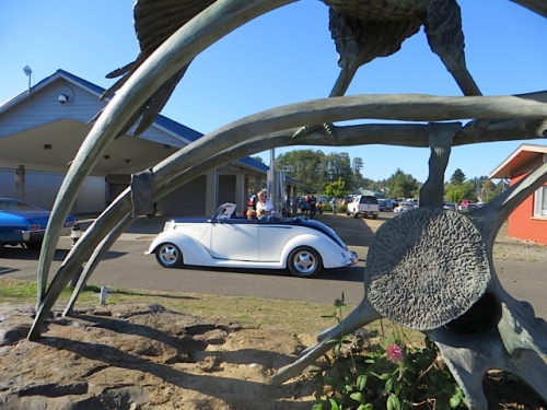 a car framed in the condor statue