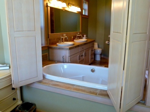 a very clever bathtub that can be entered from the bathroom or bedroom (Allan's photo)