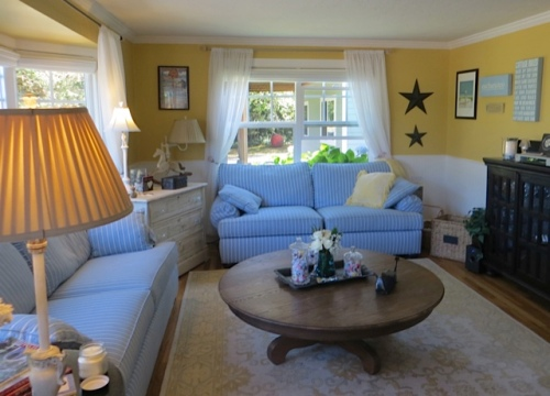 Blue and white with soft yellow is such a classic cottage combo.