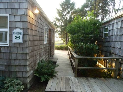 Cottage 8: Beachcomber has a bunkhouse called the Beachcomber Cabana.