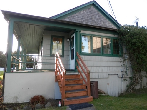 Yett is a cute cottage with a big fenced yard; dogs are allowed in this rental.