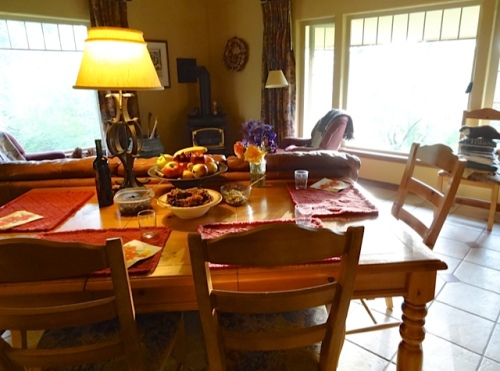 the dining room with the first courses on the table