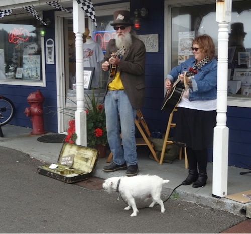 Peter and a friend performed outside Don Nisbett's art gallery.