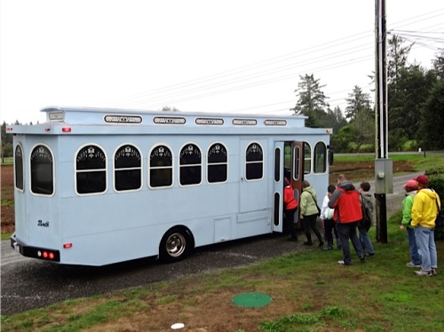 folks boarding the trolley for a return trip to Ilwaco (Allan's photo)