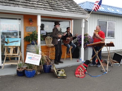 Mandolin Pete had friends today outside Don Nisbett's Art Gallery.