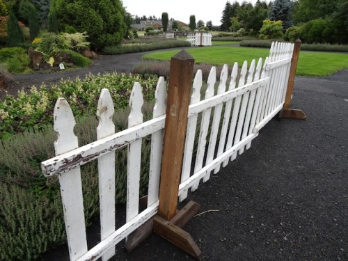a clever way to display picket fence pieces for backdrops
