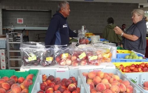 peaches at De Asis Produce