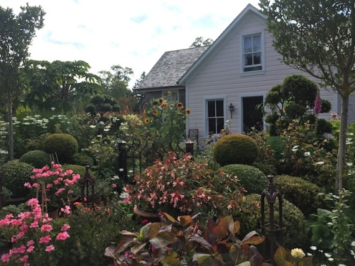 the front of the house, as we depart (Pam's photo)