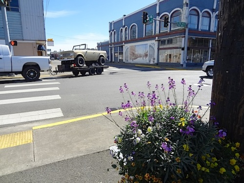 Ilwaco's stoplight interesection with lots of vehicles arriving for the annual Rod Run to the End of the World car show.